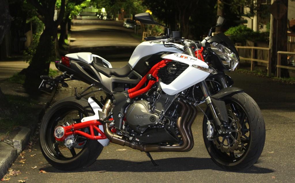 BikeReview Benelli TnT 899 Stat 5
