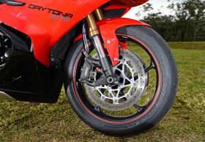 BikeReview Daytona675 2013 Det 3