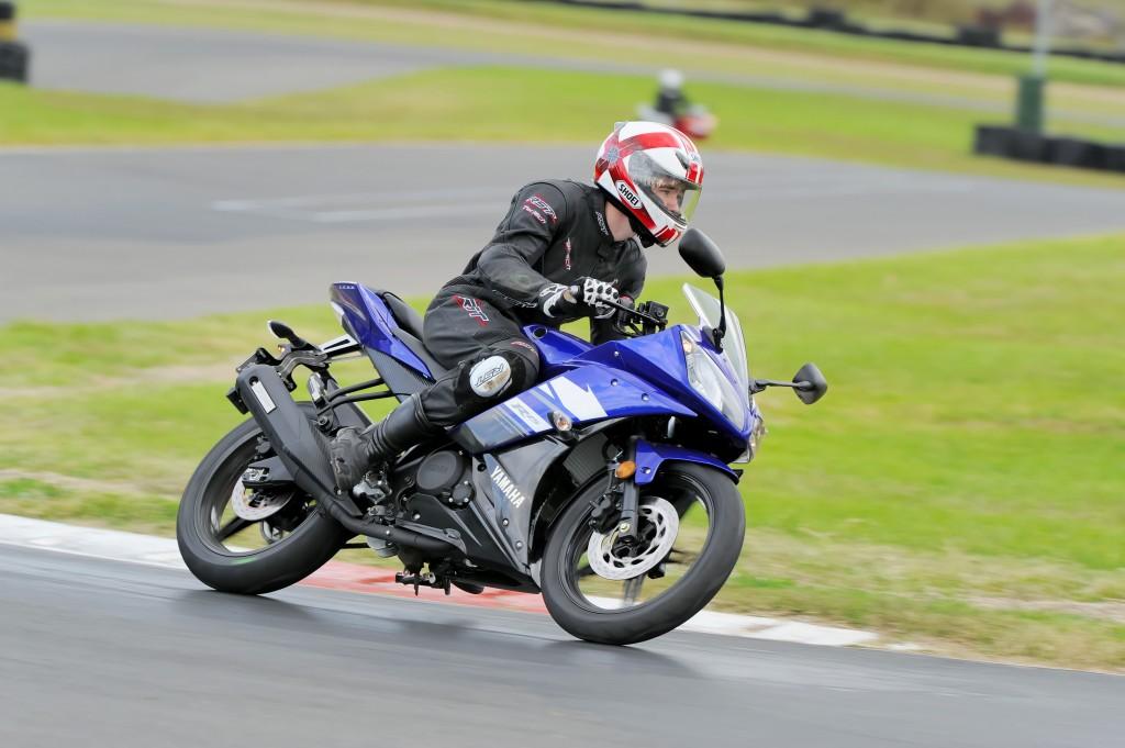 BikeReview Yamaha YZF-R15 2013 Act 1