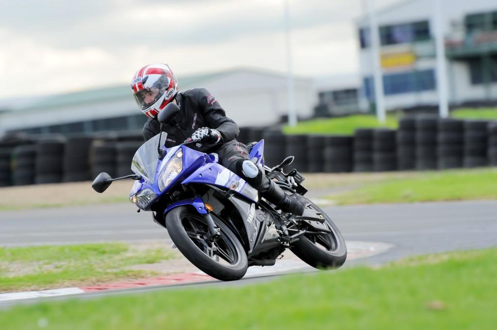BikeReview Yamaha YZF-R15 2013 Act 3