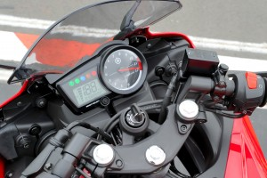 BikeReview Yamaha YZF-R15 2013 Det 2