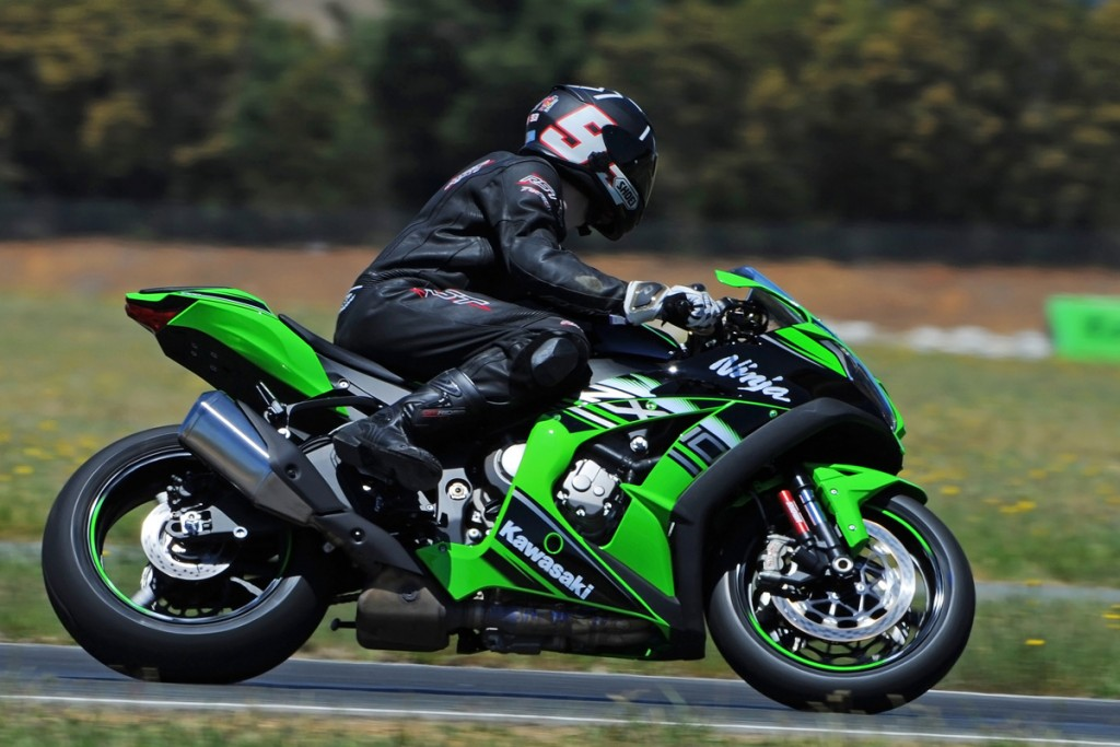 2016-Kawasaki-ZX-10R-Action-Bike-Review-(2)