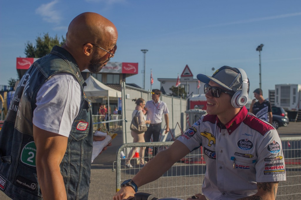 If Rossi has to live like a fugitive in order not be stalked by the fans, other riders can have a relatively quiet experience. That's the case of Scott Redding, here chatting with a friend of his in the paddock, with nobody noticing his presence. According to what I saw, these are, in the following order, the most hunted riders of the Misano paddock: Rossi, Marquez, Lorenzo, Iannone, Dovizioso. Good response also for the former rider Loris Capirossi, who still works in the paddock and is a TV commentator.