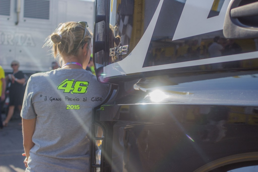 "Valentino Rossi's merchandising is often sober and direct. For the Misano race, a special t-shirt was made with a basic artwork in the front that showed his M1 and a house. On the back, the description of that image: ""Il gran premio di casa"" means ""the home GP"". What you see is Valentino's handwriting."