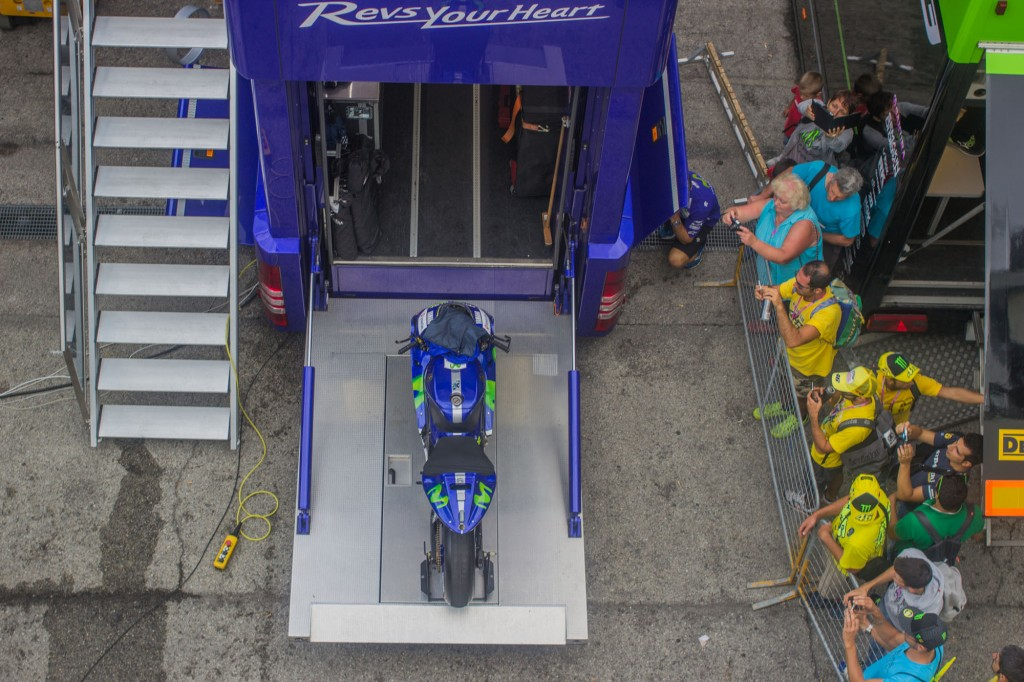 The holy graal. For those who remained until late, a shot of Rossi's M1 getting in the Yamaha truck. It will now go to Aragon, Spain. See you in 2016.