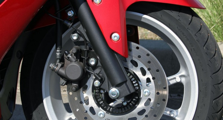 A single 230mm front rotor with single piston caliper combines with the rear for exceptional stopping power.