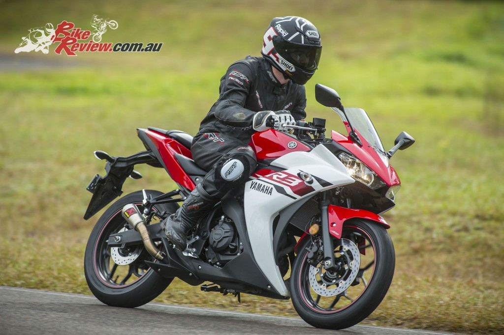 2016 Yamaha YZF-R3 Bike Review Actions (4)