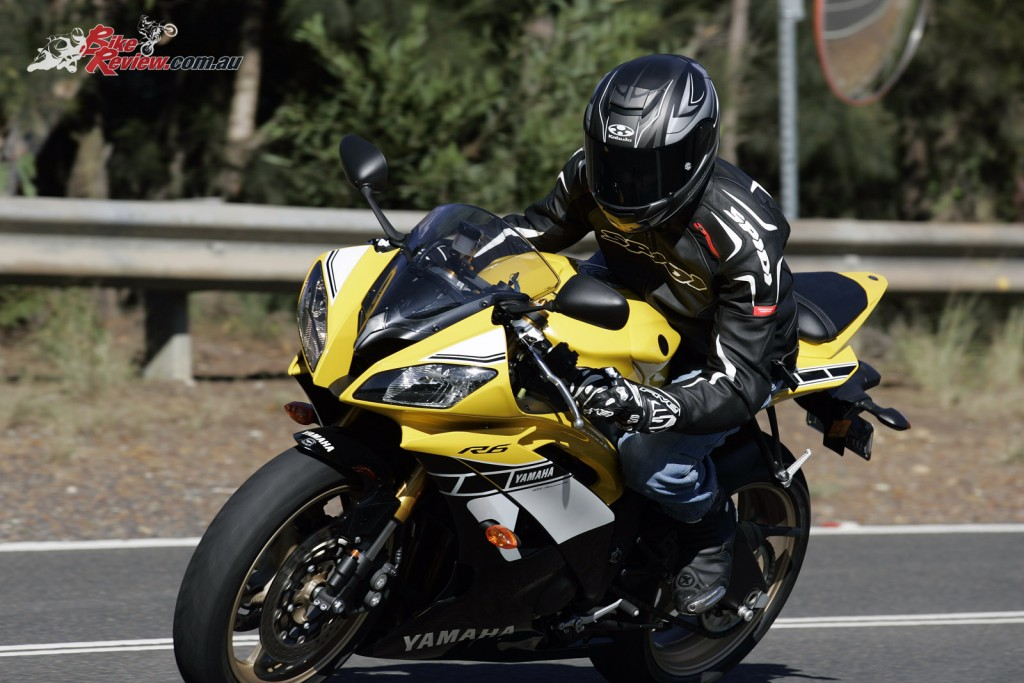 Bike Review 2016 Yamaha YZF-R6 SE 60th Actions (4)