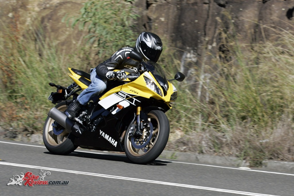 Bike Review 2016 Yamaha YZF-R6 SE 60th Actions (7)
