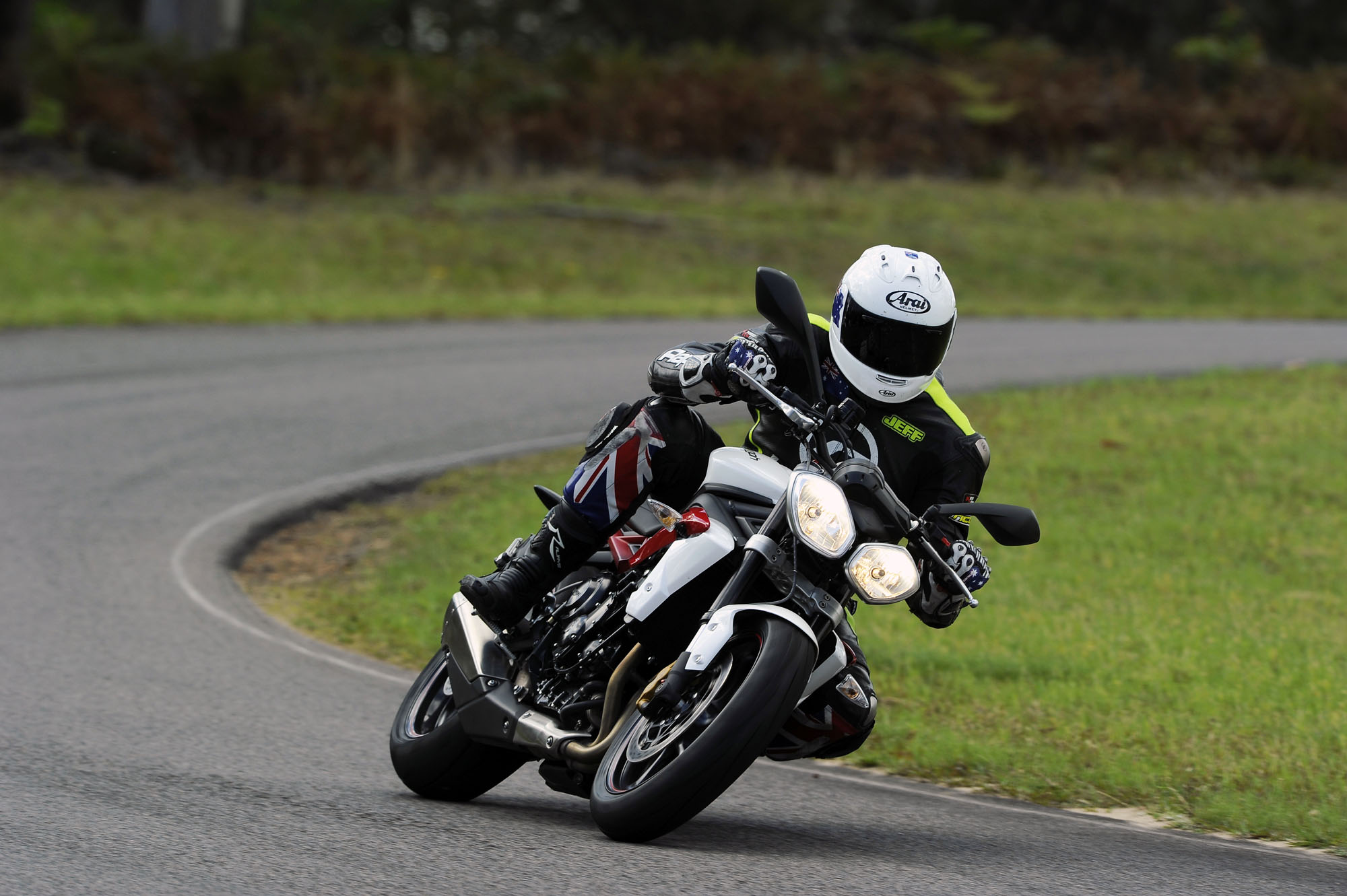Mid-capacity Nakedbike Comparo - Jeff StreetTriple 3 - Bike Review