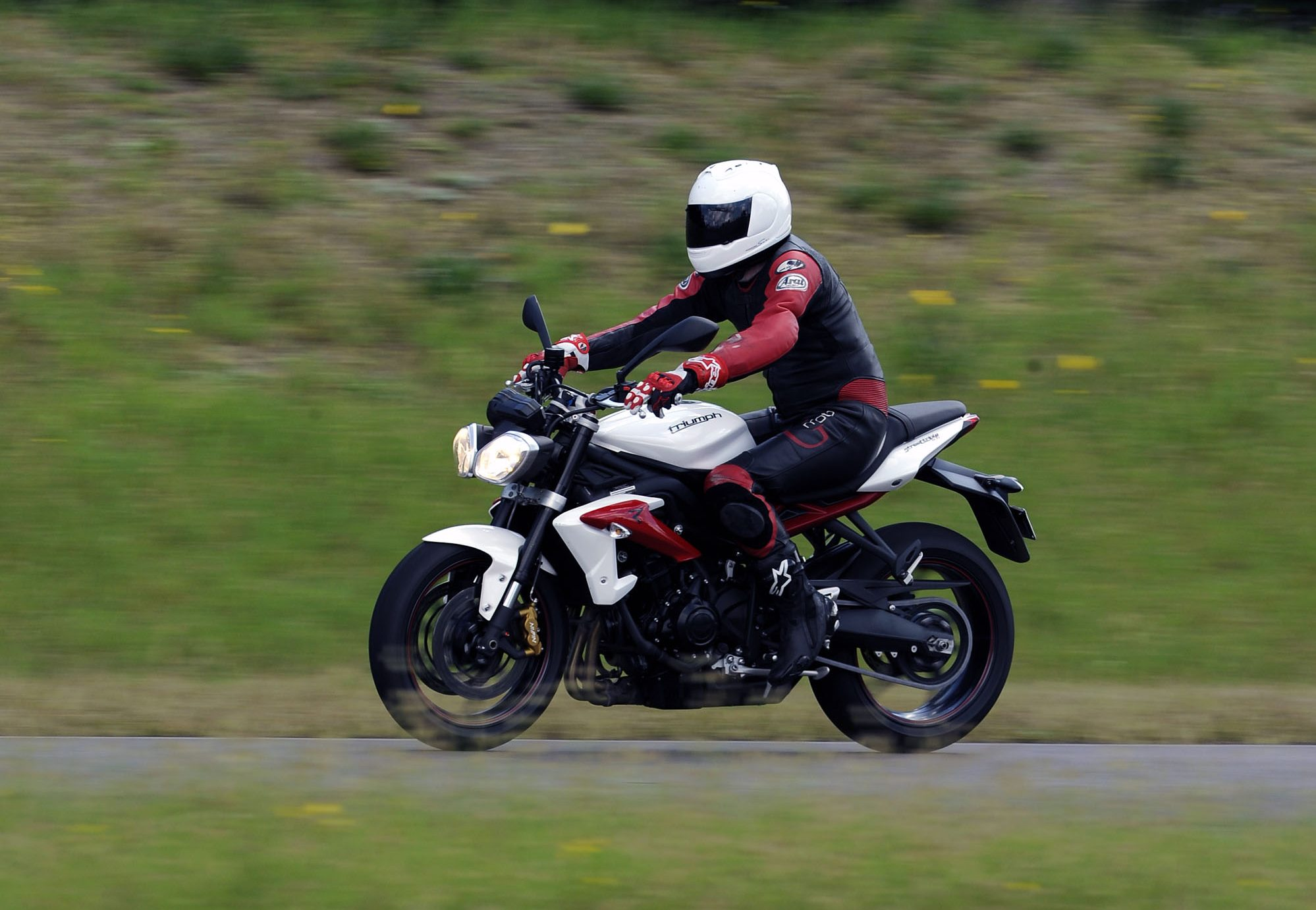 Mid-capacity Nakedbike Comparo - Peter StreetTriple 3 - Bike Review