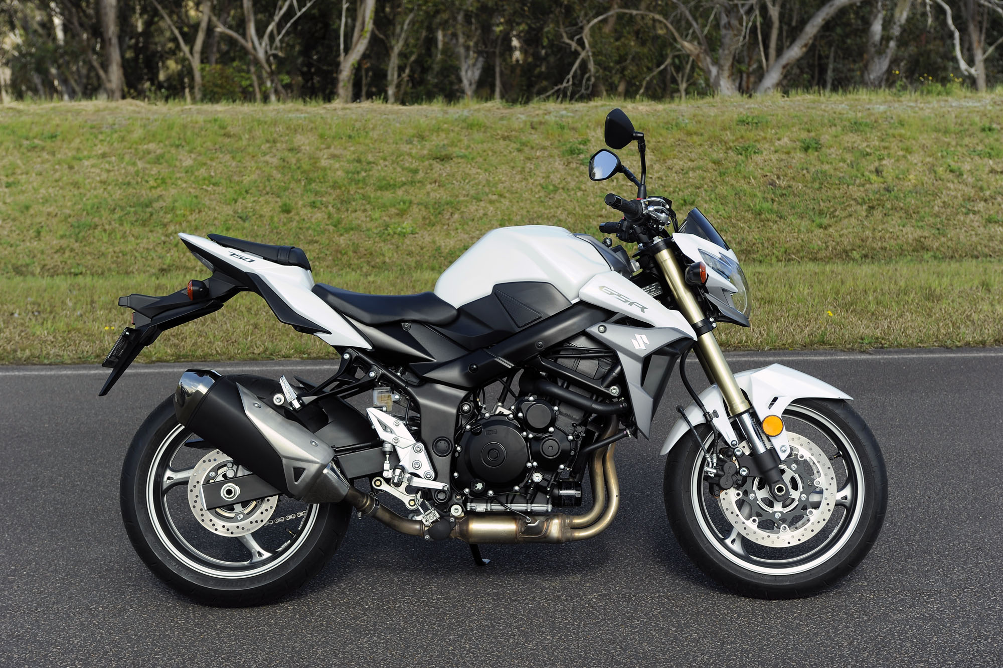Mid-capacity Nakedbike Comparo - Suzuki GSR-750 - Bike Review