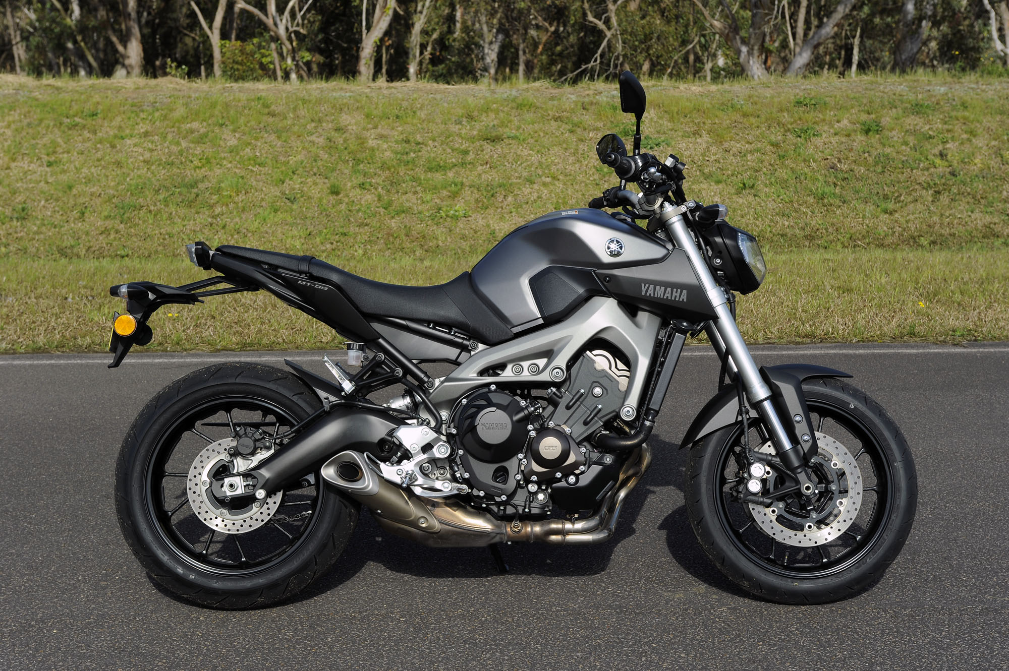Mid-capacity Nakedbike Comparo - Yamaha MT-09 - Bike Review