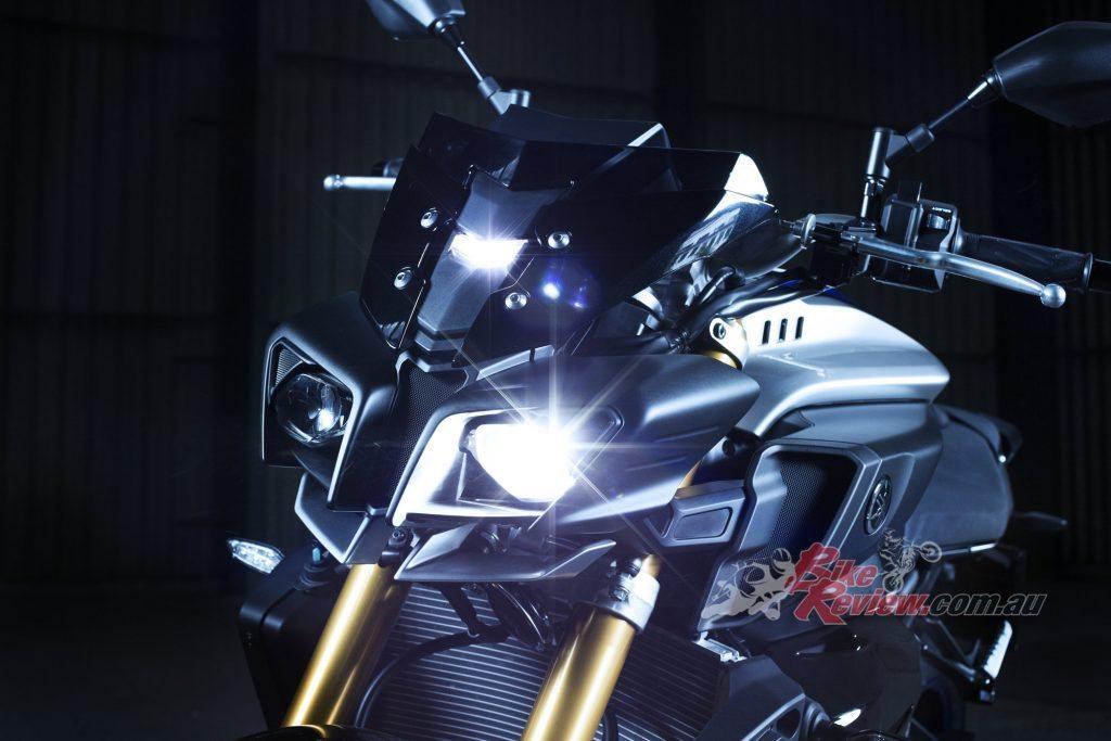 2017 Yamaha MT-10 SP, Silver Blu Carbon, Öhlins Electronic Racing Suspension (ERS)