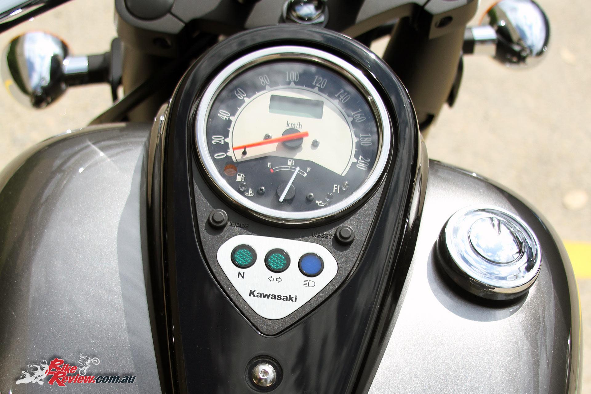 2017 Kawasaki Vulcan 900 Classic - tank mounted dash, with analogue speedo and basic idiot lights