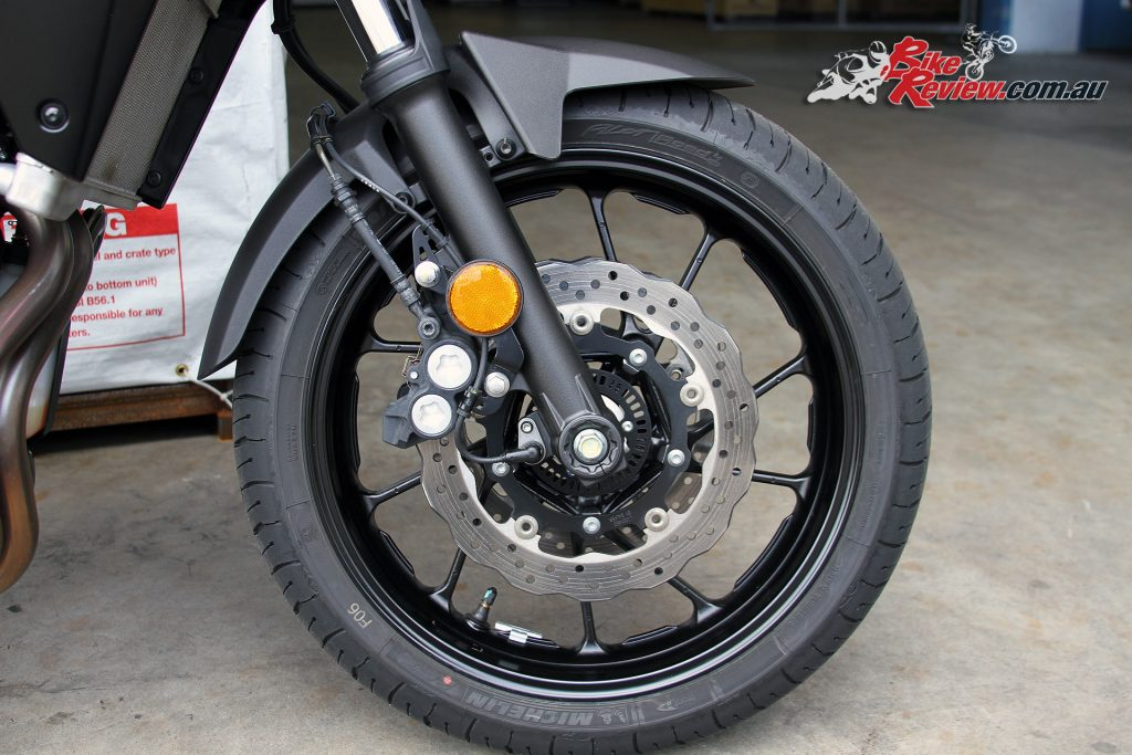 Dual front discs with four-piston calipers are backed up by ABS on the MT-07 Tracer.