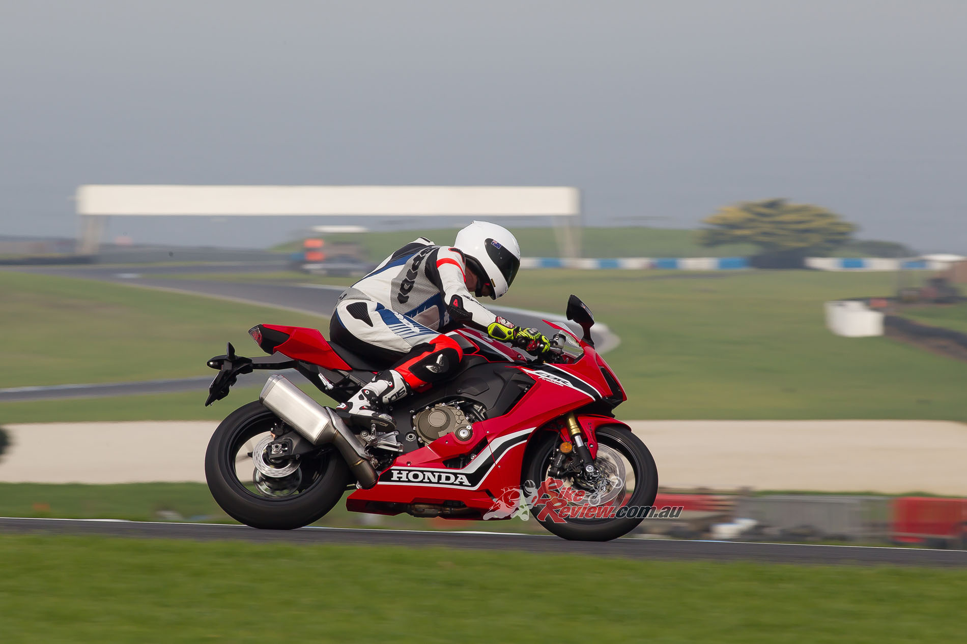 The Fireblade turns accurately and intuitively whether on the brakes or on the gas. It is a truly glorious chassis with good suspension support.