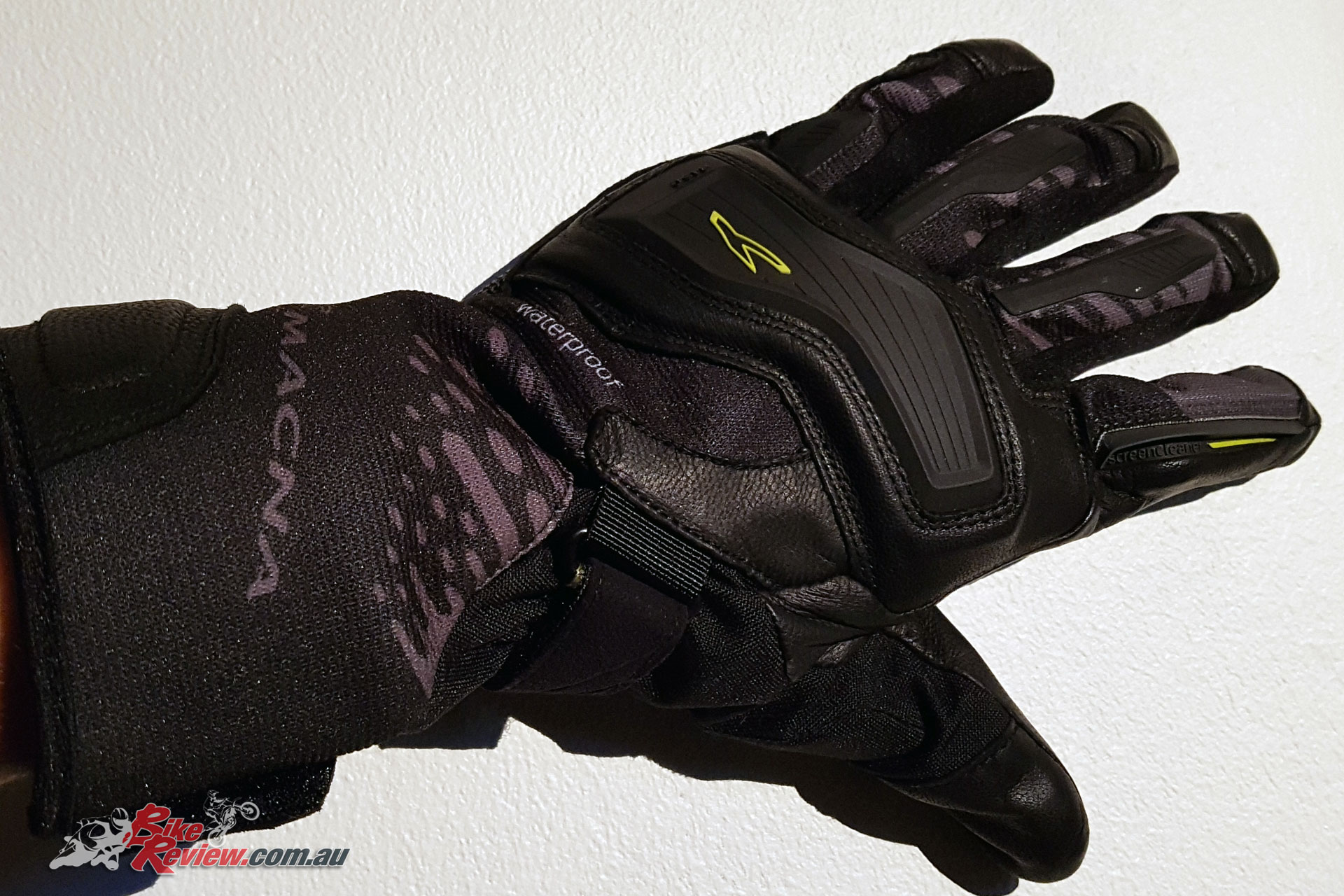 The Macna Talon glove offers good comfort and is a lightweight glove, ideal for moderate weather and those who prefer lighter gloves with good feel