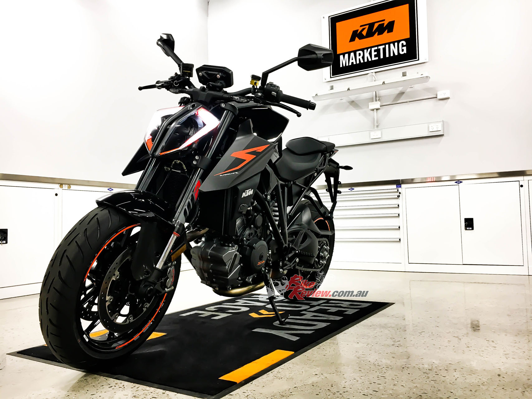 review 2017 ktm 1290 super duke r bike review. Black Bedroom Furniture Sets. Home Design Ideas