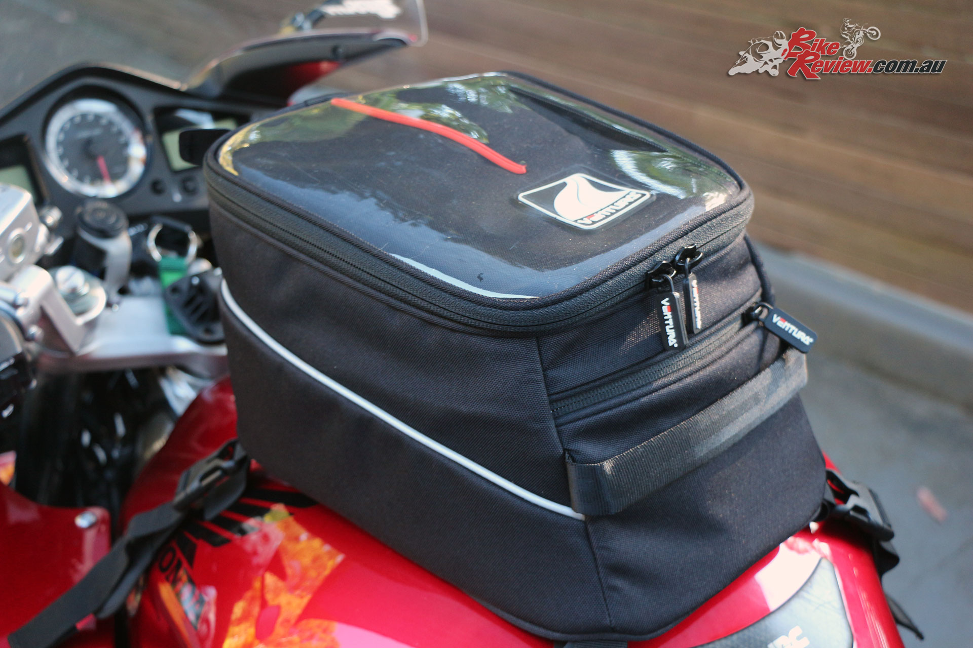 The Ventura Suki-Moto bag can be attached to the tank thanks to suction cups, making it ideal for metal or plastic tanks