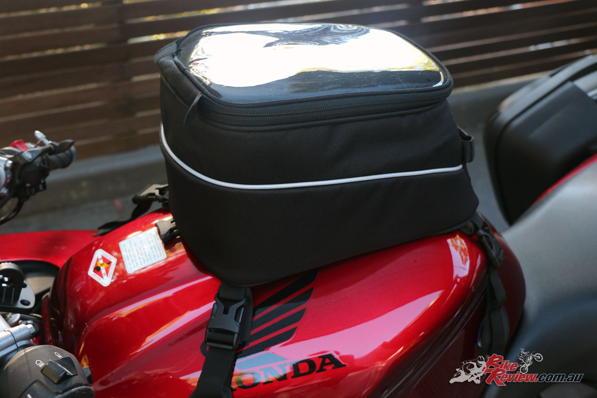 Made of waterproof material the Suki-Moto features a clear upper pocket for a map, GPS or mobile.