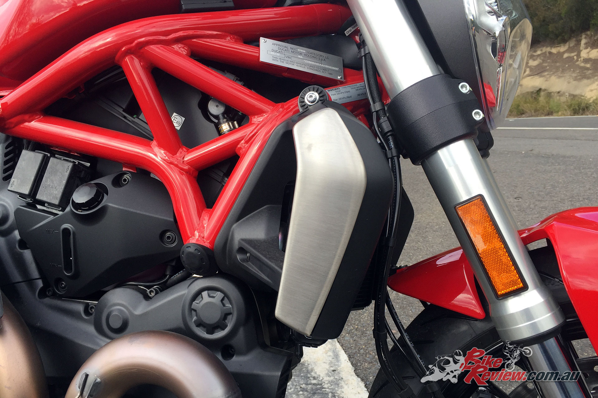 The compact Ducati trellis frame, mounted directly onto the cylinder-heads and the engine