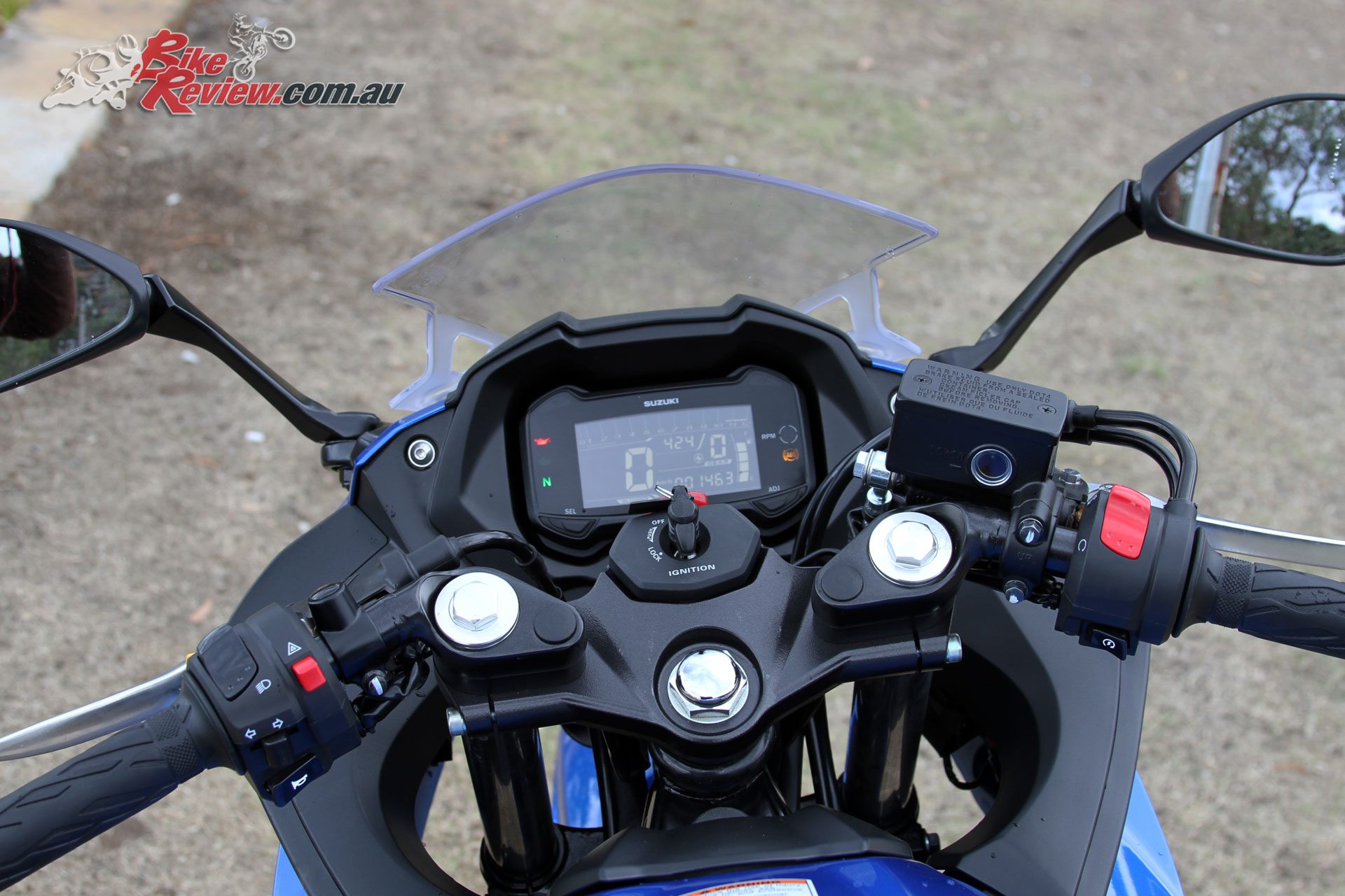 The GSX250R offers an LCD display with gear indicator and clearly visible indicator lights, while vision through the mirrors is good if not amazing
