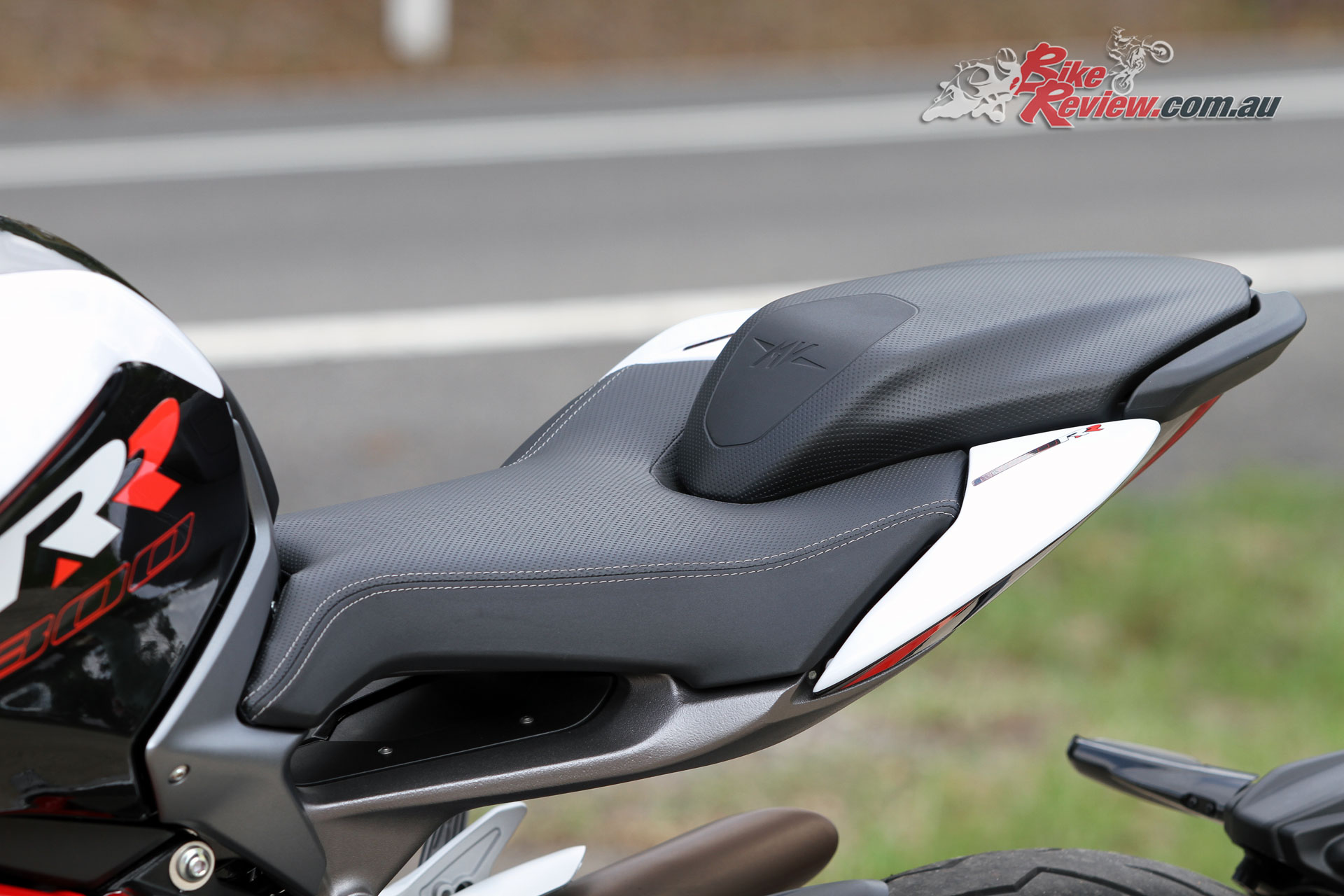 A narrow seat design minimises the reach to the ground, ensuring the Brutale RR will suit more riders