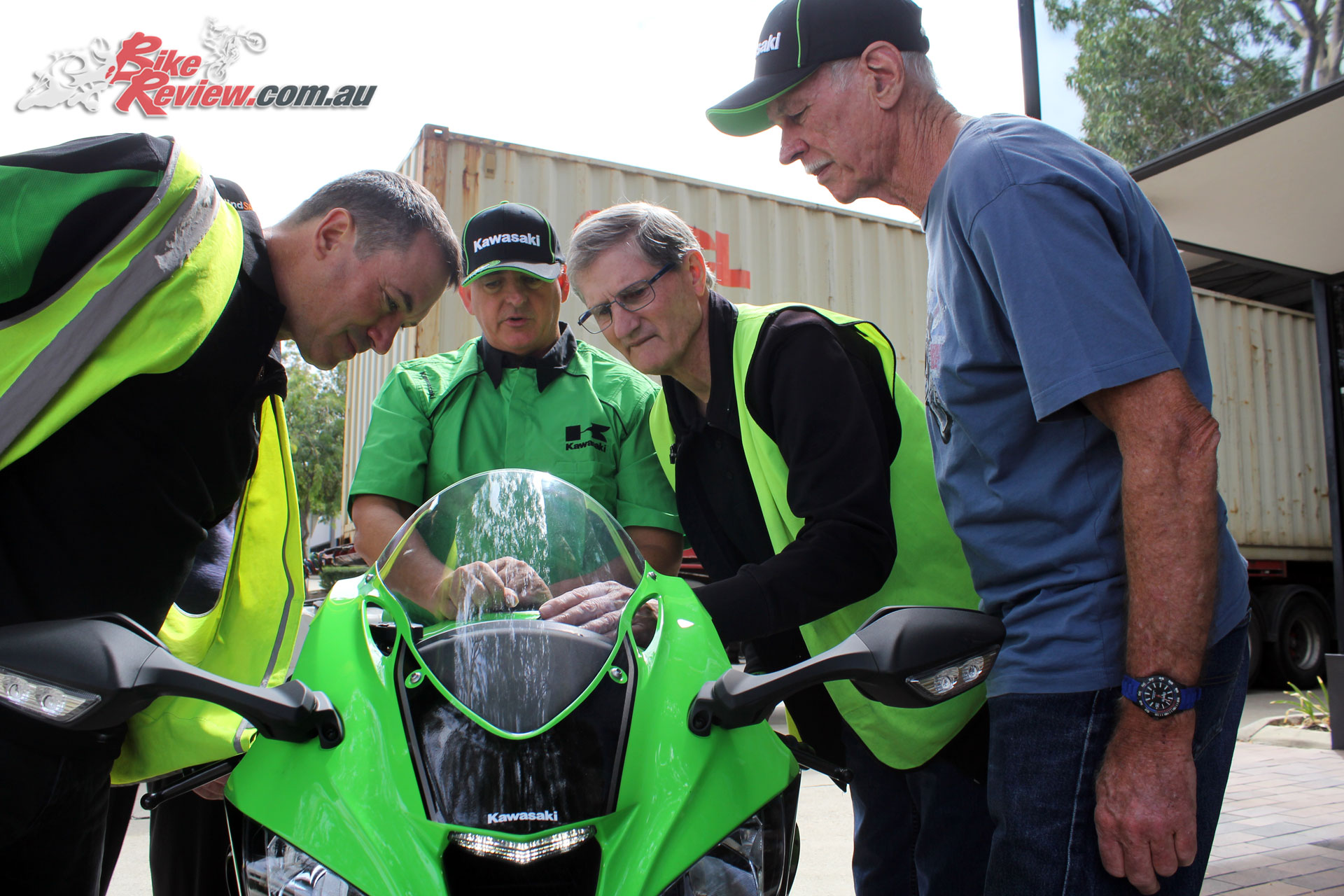 Murray Sayle going over the ZX-10R with Felten