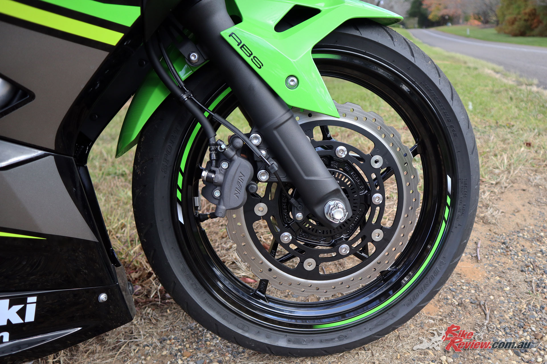 A single 310mm rotor and dual piston caliper are more than up to the task due to the bike's light weight