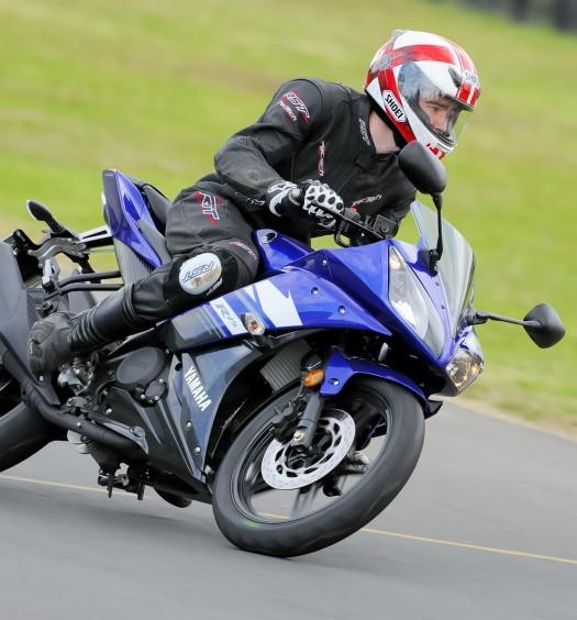 BikeReview Yamaha YZF-R15 2013 Act 2