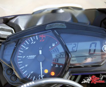 2016 Yamaha YZF-R3 - Analogue tachometer, digital multi-function display with gear indicator