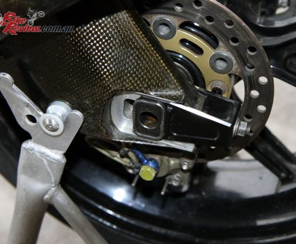 Carbon-fibre swingarm with a aluminium draw plate.