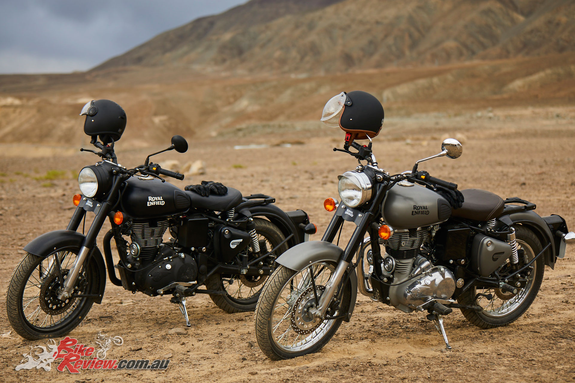 royal enfield classic 500 in stealth black and gunmetal grey bike review. Black Bedroom Furniture Sets. Home Design Ideas