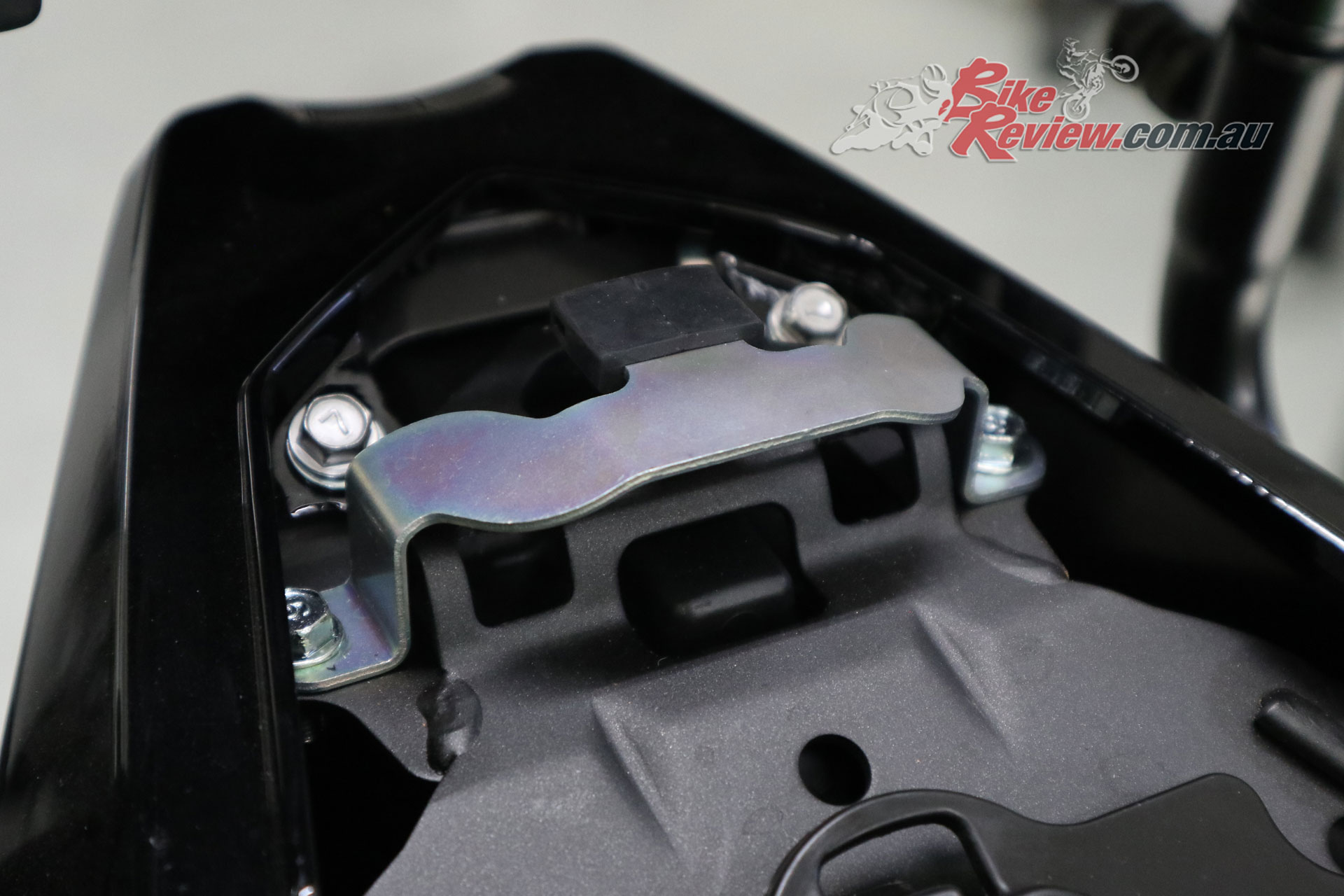 A bracket over the standard pillion seat mounting point is required but prevents easy switching between the seat cowl and pillion seat