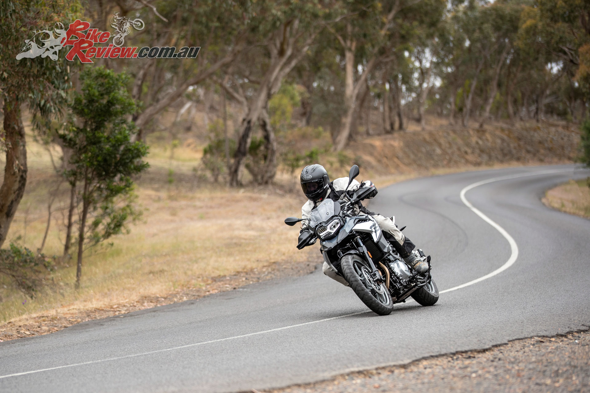 Particularly with road rubber fitted the F 750 GS is at home on flowing country roads