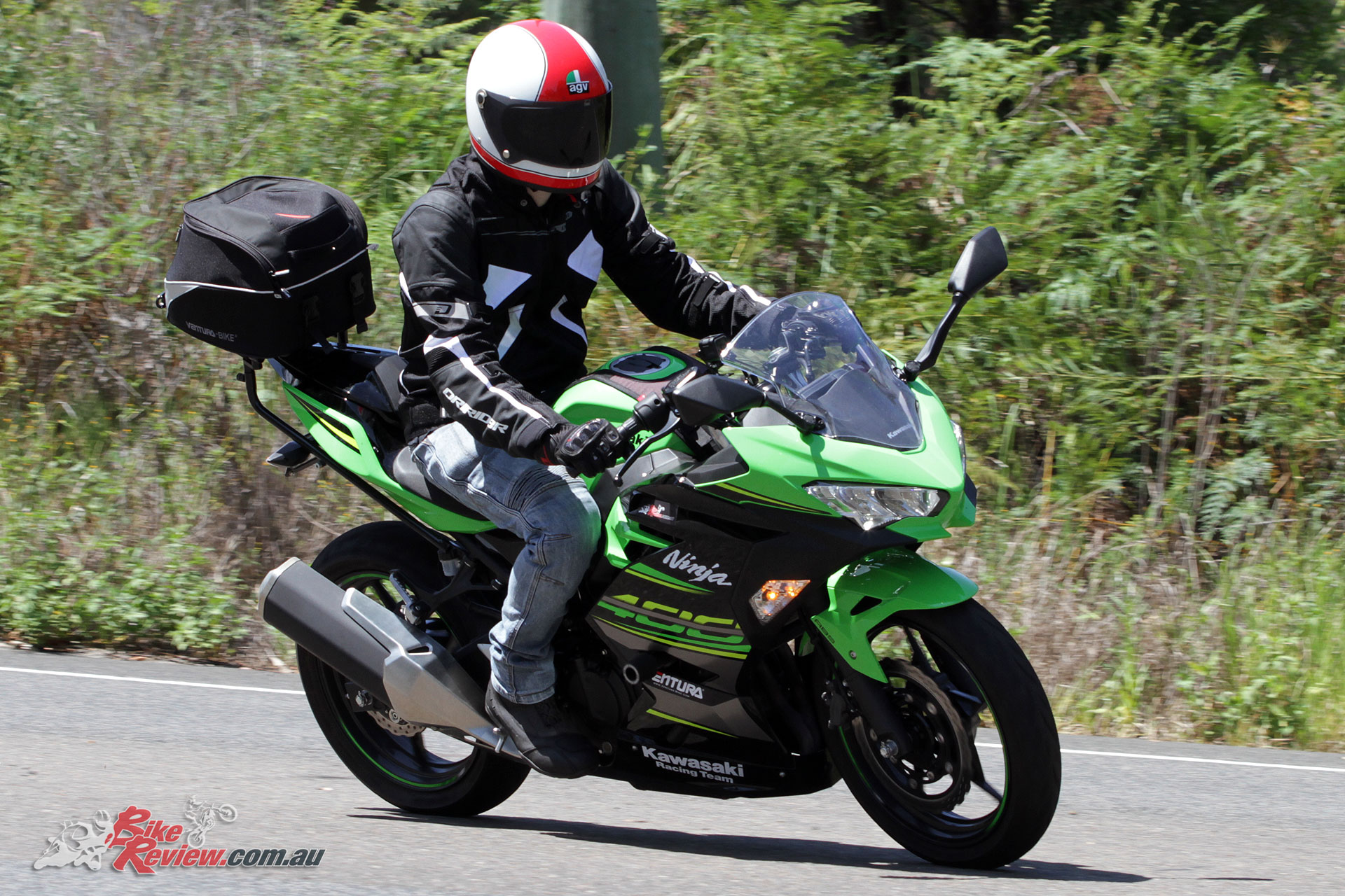 Pre-curved arms ensure great comfort although the leather across the arms and shoulders is very supple. Riding the Ninja 400, MT-09 Tracer or Daytona 675, the EXO 2 was well tailored to any bike type