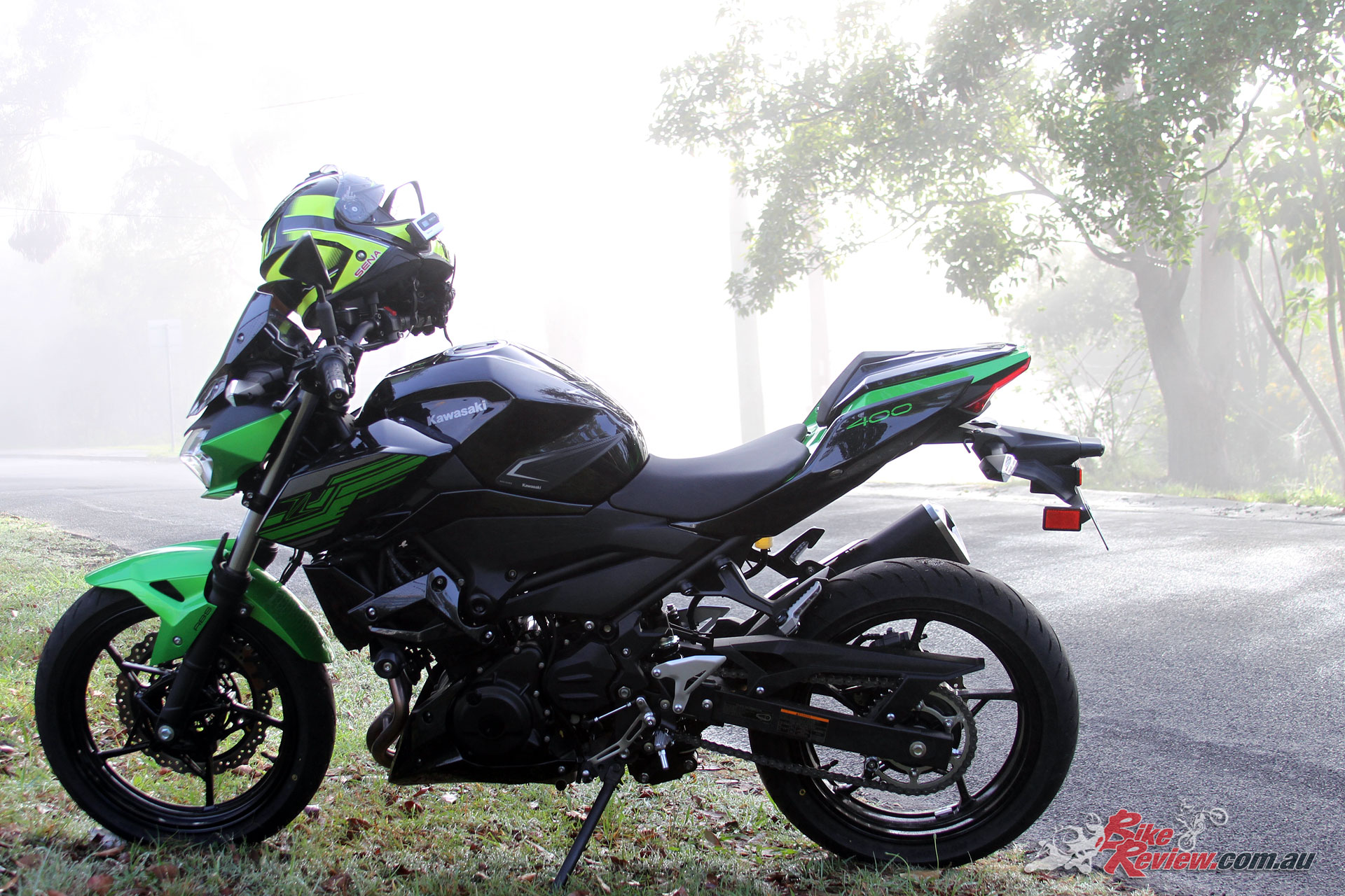 The Z400 also cuts an awesome silhouette, with a top box done on styling