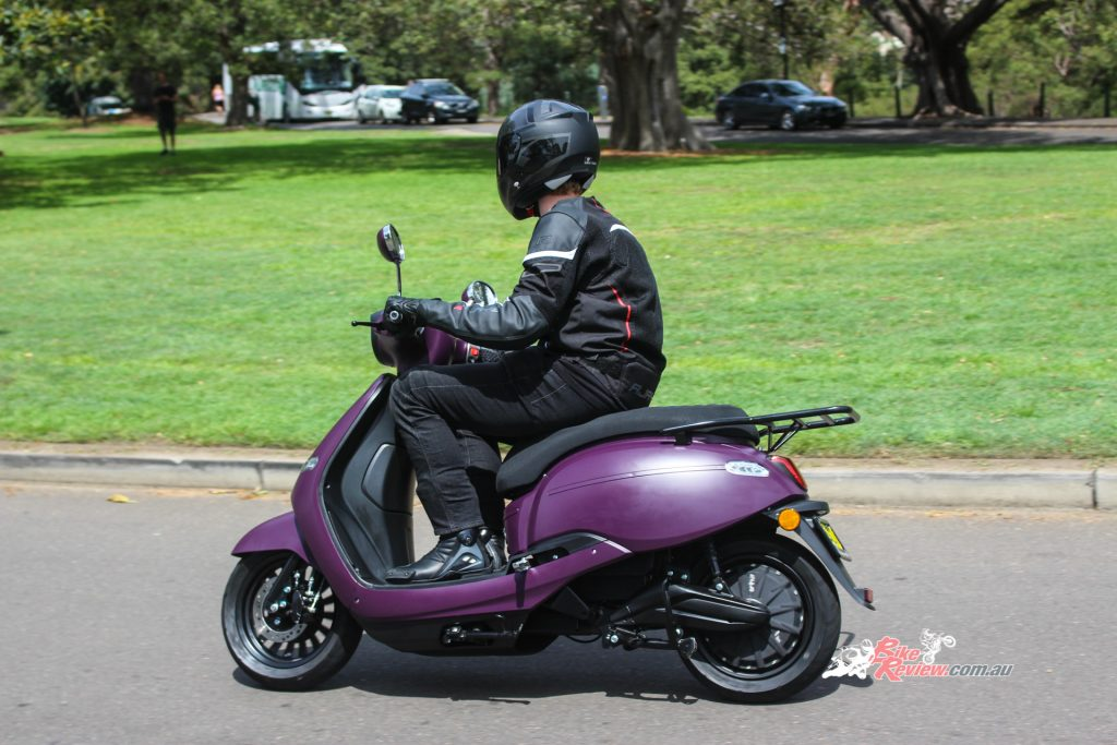 The Arthur 3 has comparable performance to that of a 110cc scooter. The Arthur is no doubt quicker off the line.