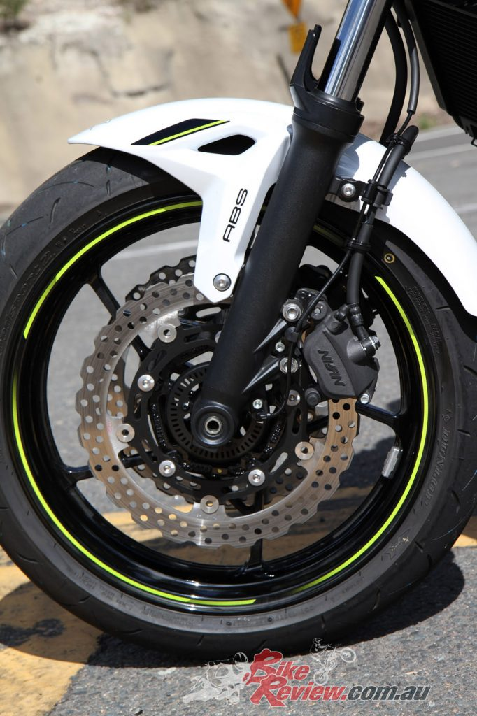 Dual 300mm front petal disc brakes deliver plenty of braking power while contributing to the bike's sporty image.