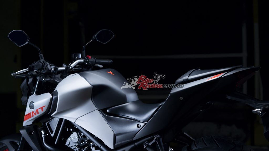 The 780mm seat height delivers a feeling of sitting in and not on top, enabling riders to get both feet on the ground.
