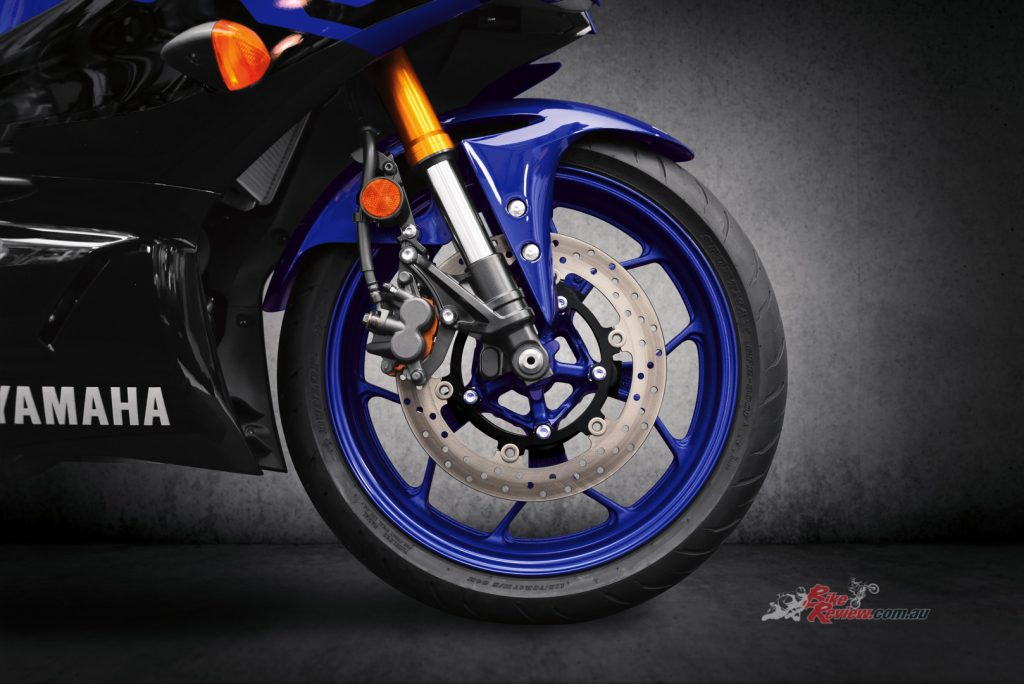 The 298mm floating-mount front disc brake ensures excellent stopping power, supported by a 220mm rear disc.